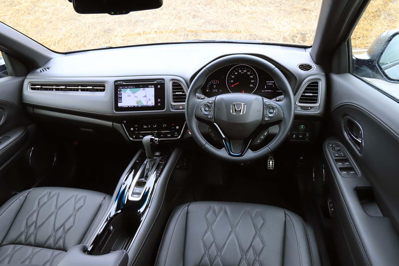 カーナビの画面やエアコンの操作パネルはドライバー側に向けてレイアウトされている。