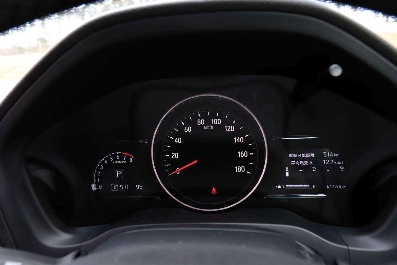 メーターパネルはセンターに大きな速度計を配した1眼式。左側のエンジン回転計は液晶スクリーンに表示されている。