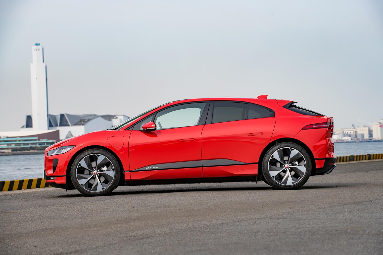 ボディーサイズは全長×全幅×全高=4695×1895×1565mm。スーパーカーのコンセプトモデル「C-X75」をモチーフにしたというキャブフォワードデザインが特徴だ。