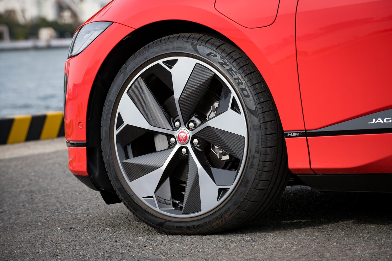 タイヤサイズはベースグレードの「S」が235/65R18、その他のグレードが245/50R20。テスト車の「ファーストエディション」には、オプションで用意される22インチホイールと255/40R22サイズのタイヤが装着されていた。