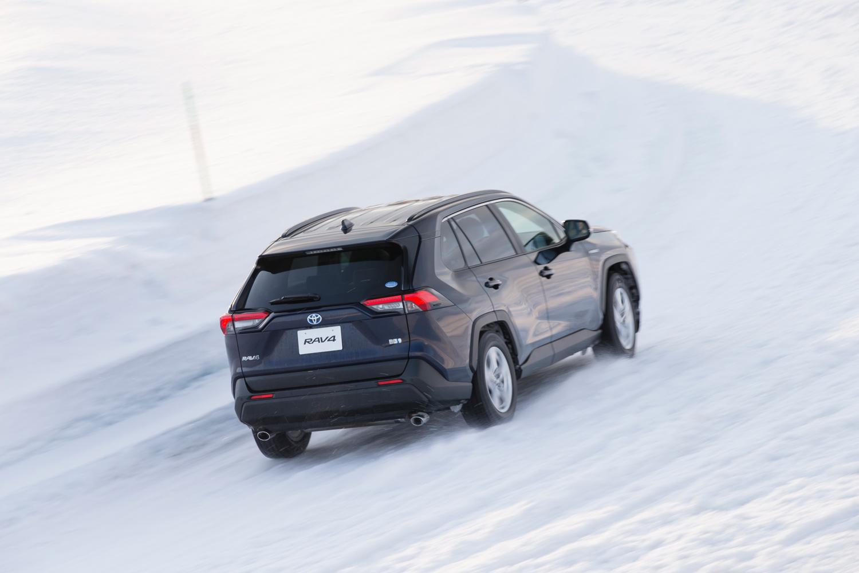 ハイブリッド4WD車は、前後輪の駆動トルクを100:0~20:80の間で制御。コーナリング時のアンダーステアを抑制するほか、高トルクの後輪用モーターを採用することで、降雪時や雨天時の登坂性能を向上させている。
