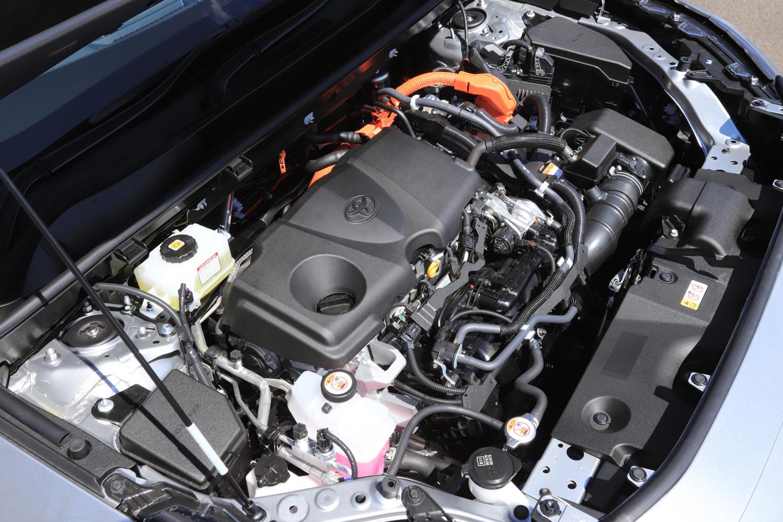 ハイブリッドモデルは2.5リッター直4 DOHC 16バルブエンジンに、前輪駆動車はフロント用のモーター1基を、四輪駆動車はフロント用とリア用計2基のモーターを搭載する。