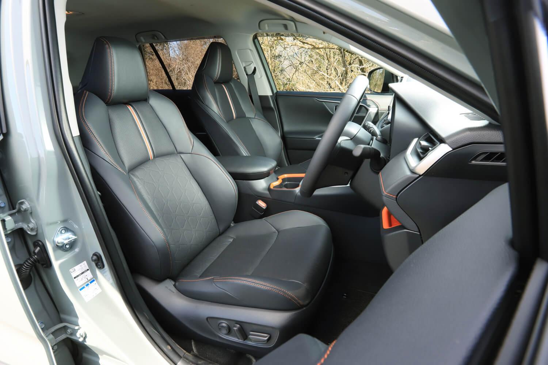 試乗車である「アドベンチャー」の左右フロントシートには、「快適温熱シート+シートベンチレーション」が装備(オプション)されていた。