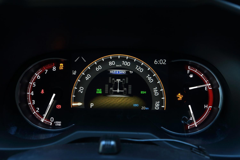 メーター中央部は、選択されたドライブモードによって表示が変わる。写真は「アドベンチャー」において「マッド&サンド」を選択した状態。走行中の各車輪トルク配分も表示される。