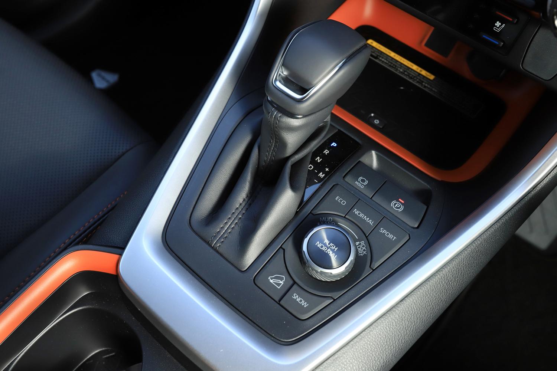 """ガソリンエンジンを搭載する「アドベンチャー」「G""""Zパッケージ""""」ではダイヤル式の「マルチテレインセレクト」スイッチ(写真)を採用(他グレードはプッシュスイッチ式)。スポーツ/エコ/ノーマル/ロック&ダート/マッド&サンドの5つのモードから選択できる。"""