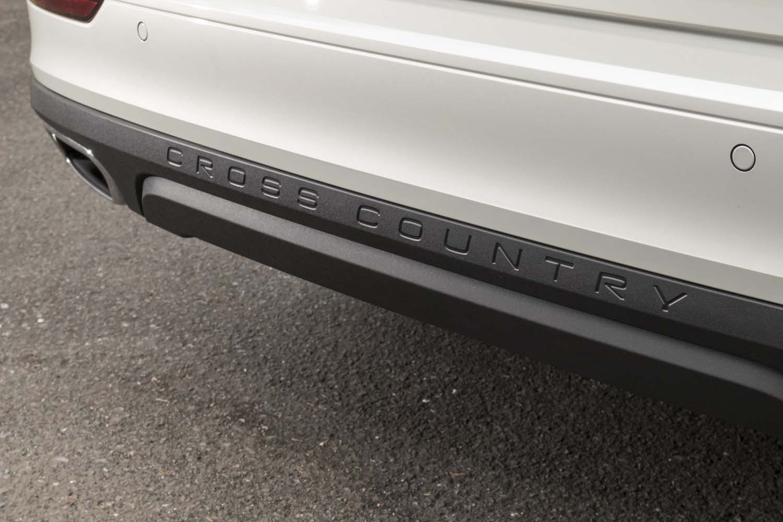 リアバンパーには「CROSS COUNTRY」のロゴが刻まれている。