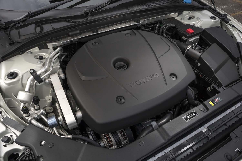 発売時点で設定されるパワープラントは最高出力254ps、最大トルク350Nmの「T5」ユニットのみとなっている。