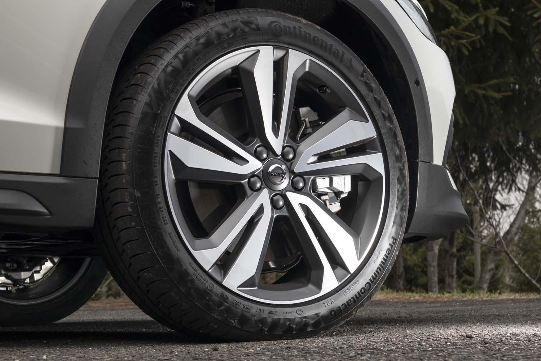 「T5 AWDプロ」のタイヤサイズは前後とも235/45R19。テスト車には快適性能とスポーツ性能の融合がうたわれている「コンチネンタル・プレミアムコンタクト6」が装着されていた。