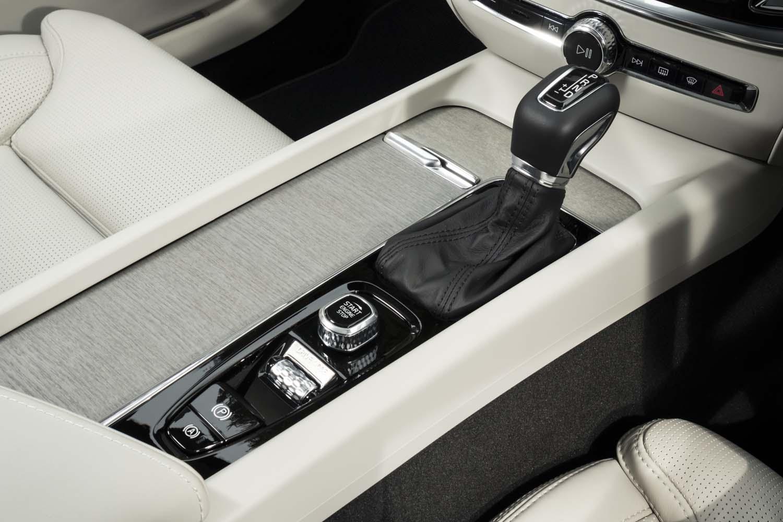 シフトセレクターやエンジンのスタート/ストップスイッチ、ドライブモードセレクターなどは、他の「60/90シリーズ」と同じデザインで同じレイアウトとなる。