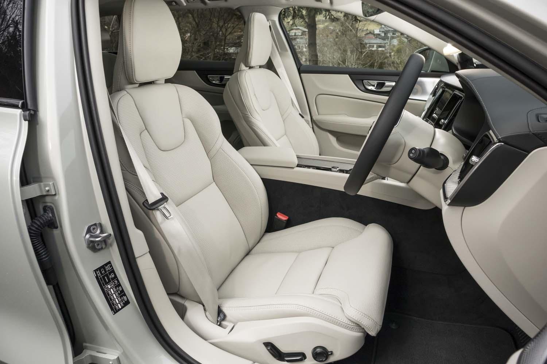 「T5 AWDプロ」ではパーフォレーテッド加工が施されたナッパレザーのシート表皮が標準装備。ヒーターやベンチレーション機能に加えて、マッサージ機能も備えている。