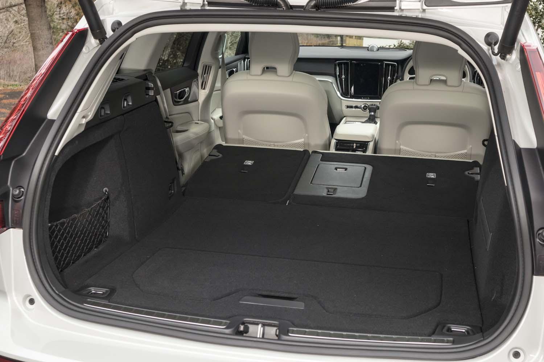 荷室の容量は529~1441リッター。後席の背もたれを倒したときには、荷室の床面との間がフラットになる。