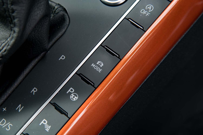 ドライブモードセレクターはシフトレバーの右側にレイアウトされる。足まわりだけでなく、エンジン特性や変速プログラムなども変更可能。