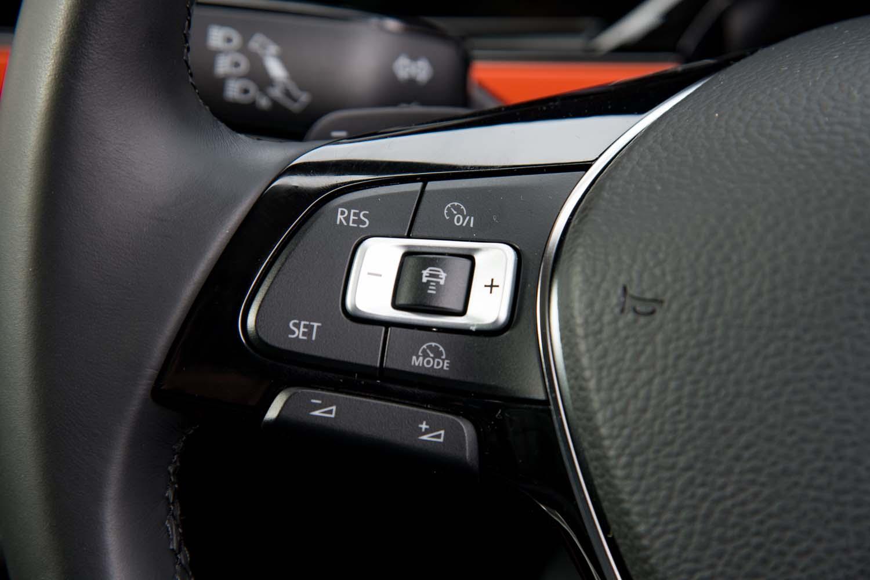 アダプティブクルーズコントロールはセットオプション「セーフティーパッケージ」に含まれている。全車速に対応するが、「ゴルフ」などが採用する操舵支援機能は用意されていない。