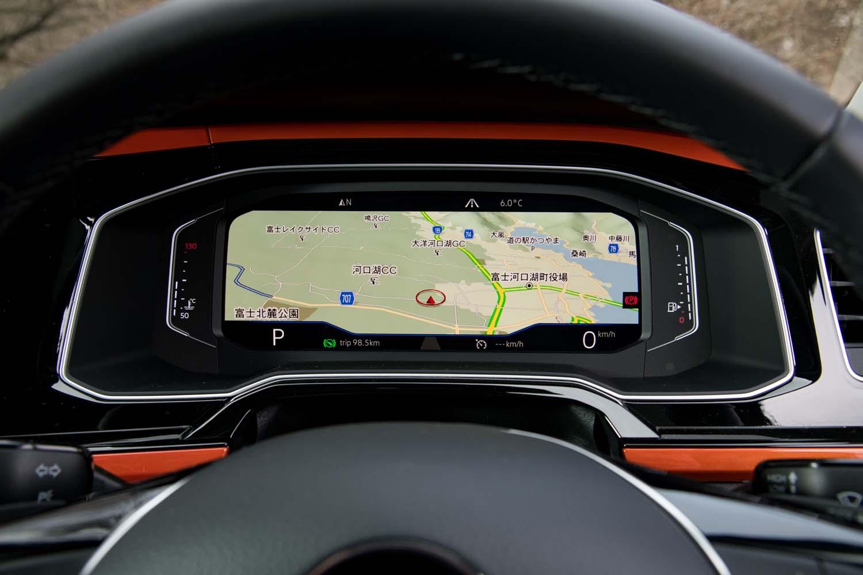 デジタルメーターパネル「アクティブインフォディスプレイ」は、スマートフォンのワイヤレスチャージ機能とセットで「テクノロジーパッケージ」として提供される。