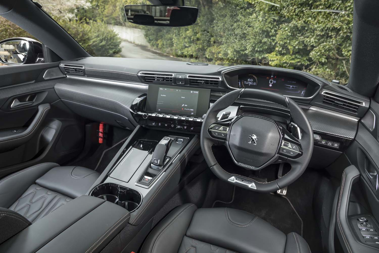「i-Cockpit」と名付けられた運転席周辺部。小径のステアリングホイールや、それより上方に見るメーターパネルなどが特徴的。