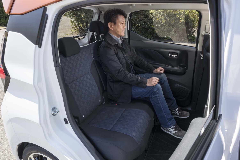 新型「デイズ」では、エンジンルームを前に出し、キャビンを拡大。ホイールベースは先代よりも65mm長くなり、後席のニールームは70mmも広くなった。写真は後席を最も下げた状態(テスターの身長は165cm)。