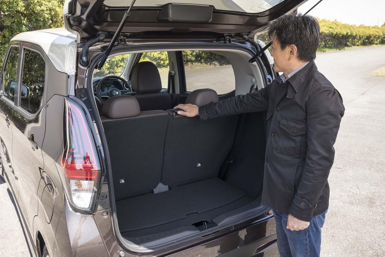後席は、座面下にあるレバーのほか、荷室側の背もたれ上部中央にあるレバーでも前後にスライドできる。リクライニングも可能。