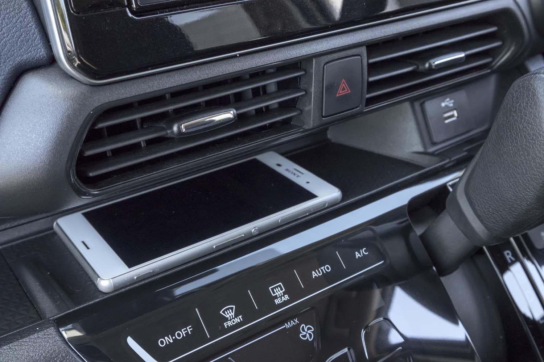 インストゥルメントパネルの中段には、スマートフォンを置くのに適したトレーが設けられている。その傍ら(写真右端)には充電用のUSBポートも。