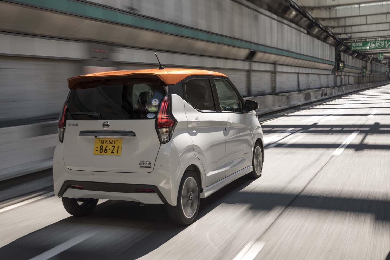 高速道路を行く2代目「デイズ」。プラットフォームを新開発したため吸音・遮音材の設定変更が可能に。「軽のレベルを超えた静粛性を実現した」とうたわれる。