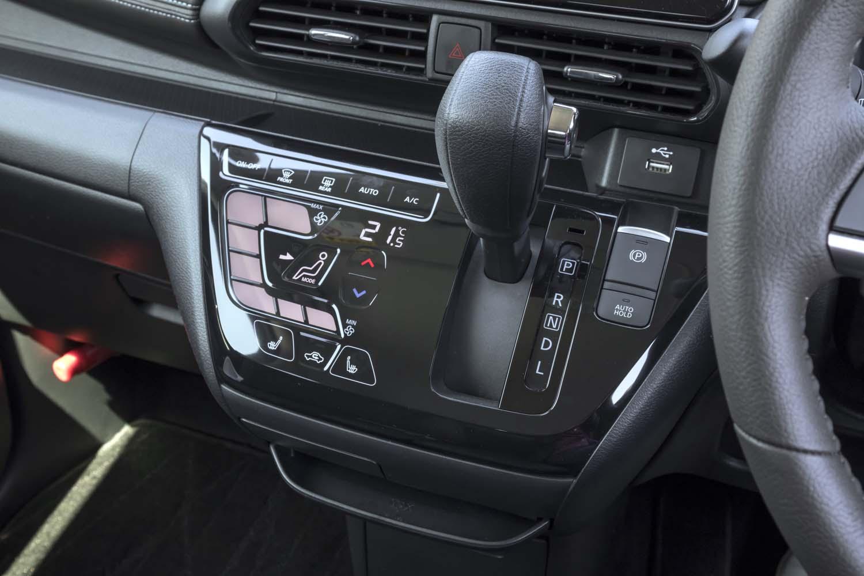 C型に並ぶボタンは、エアコンの風量を選択するためのスイッチ。ワンアクションで設定変更が可能。
