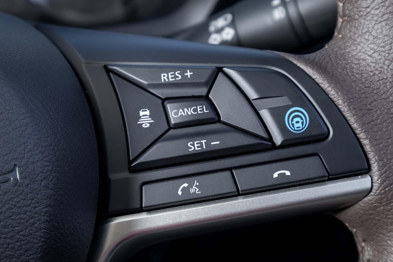 今回の試乗車はともに、先進の運転支援システム「プロパイロット」を標準装備(青印のボタンが操作スイッチ)。新型「デイズ」には、「ブラインドスポットワーニング」を除くほぼすべての運転支援システムが用意されている。