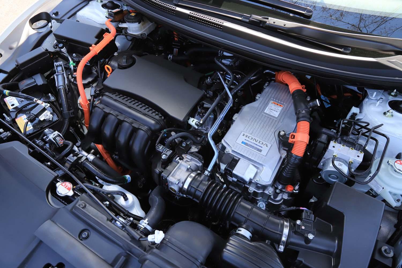 ボンネット下には、最高出力105psの1.5リッター直4エンジンや、駆動用と発電用の2つのモーターなどをまとめて搭載している。