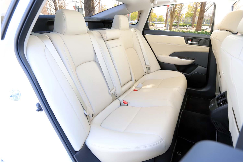 2750mmのロングホイールベースがもたらす、ゆとりある後席の居住空間。前席よりも後席の座面が高く設計されているため(座面下にバッテリーを配置)前方視界は良好だった。