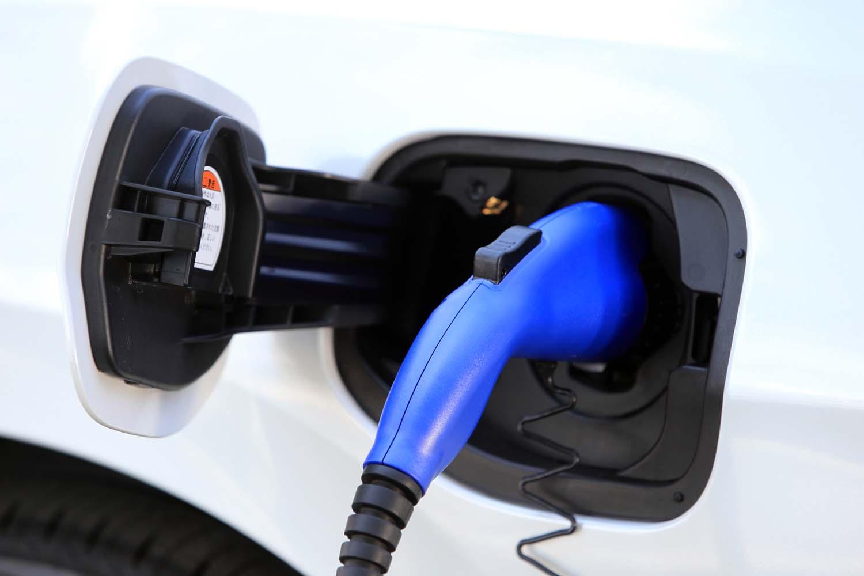 AC200Vの普通充電用ケーブル(長さ=7.5m)も標準装備されている。約6時間で満充電となる。