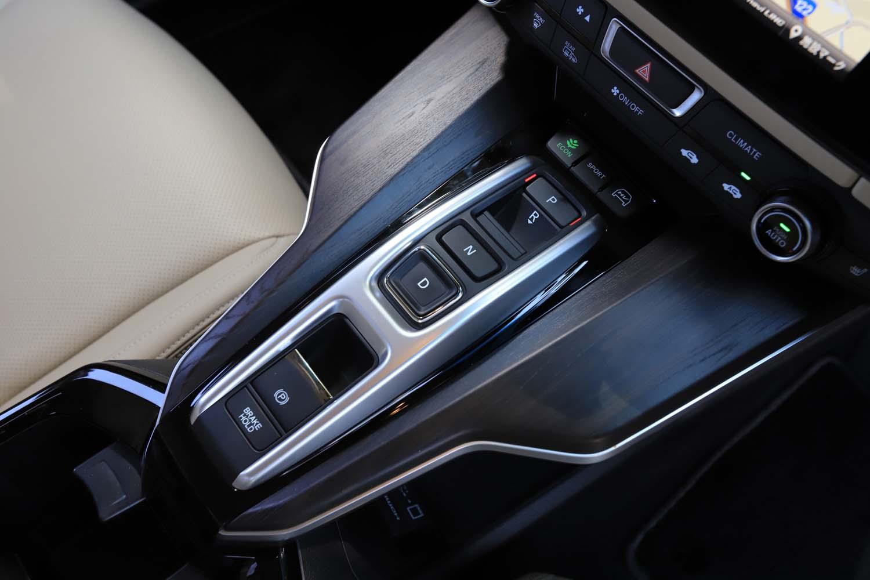 「i-MMD」と呼ばれる、ホンダのハイブリッドシステム搭載車と共通するデザインのシフトスイッチを採用。