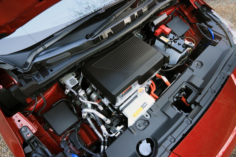 モーターやパワーコントロールユニットなどが搭載されたエンジン(?)ルーム。「EM57」モーター自体は標準車と同じだが、バッテリーの大容量化により最高出力が218ps(+68ps)、最大トルクが340Nm(+20Nm)にアップしている。