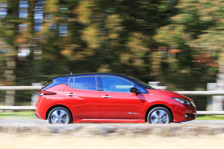 車両重量の増加と低重心化により、「e+」は標準車よりフラットで落ち着いた走りを実現した。