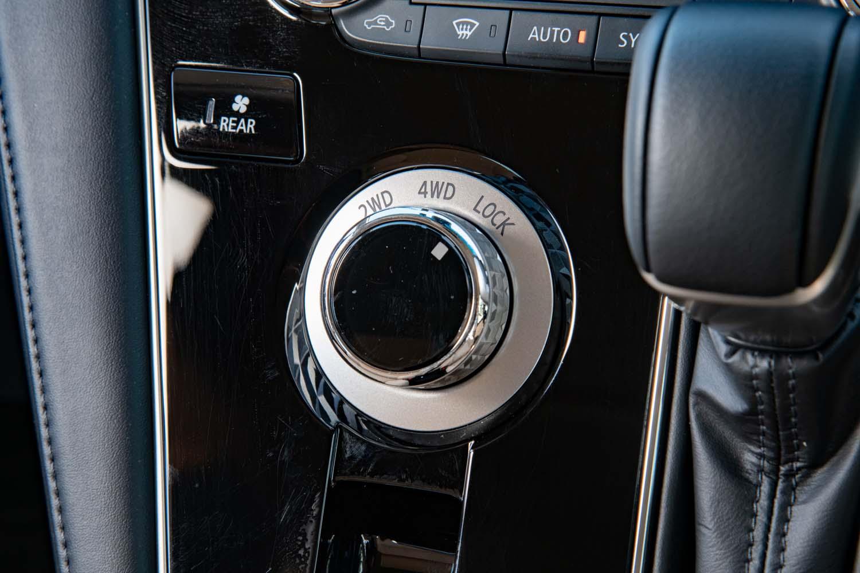 4WDモードの切り替えダイヤルはインパネの一等地にレイアウト。ダイヤルにはローレット加工が施されている。