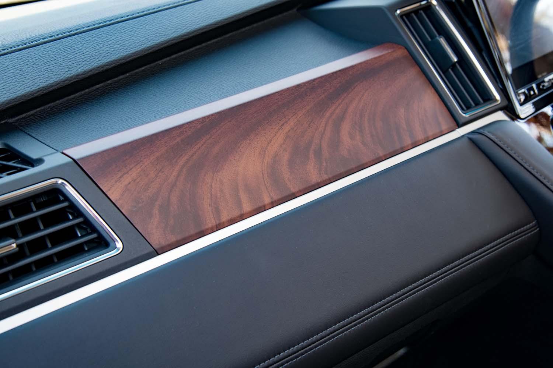 ダッシュボードやドアの内張りなどはウッド調のパネルで飾られている。