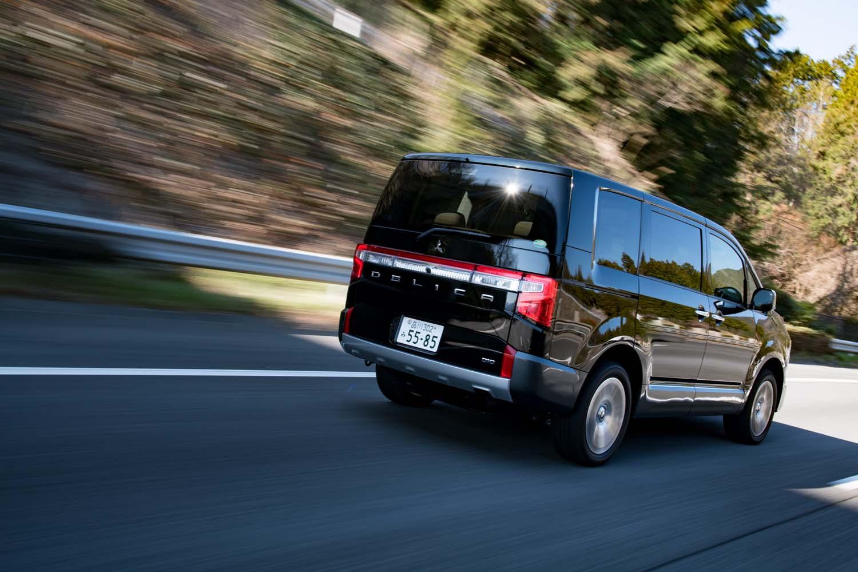 従来の6段ATに代えて、新たに8段ATを採用。1速を約8%低め、トップギアを約18%高めたことで、燃費と動力性能を高めている。