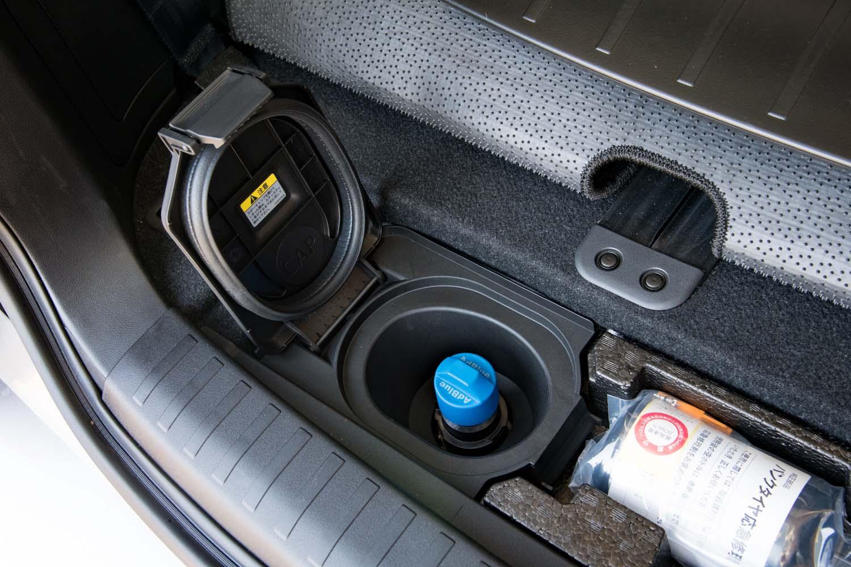 アドブルーの補充口は荷室の床下に配されている。補充サイクルは1万~1万5000km走行ごと。