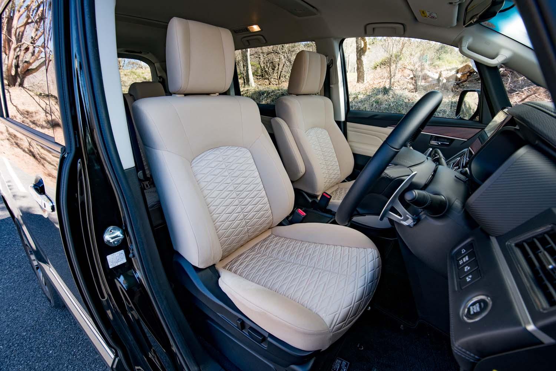 ダイヤモンドキルト加工が施されたベージュのファブリックシートはマイナーチェンジで新規設定されたもの。「P」では運転席パワーシートと、運転席&助手席のシートヒーターが標準装備。