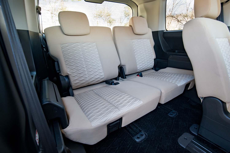 3列目シートは座面、背もたれとも大人が座るのに十分な大きさだ。