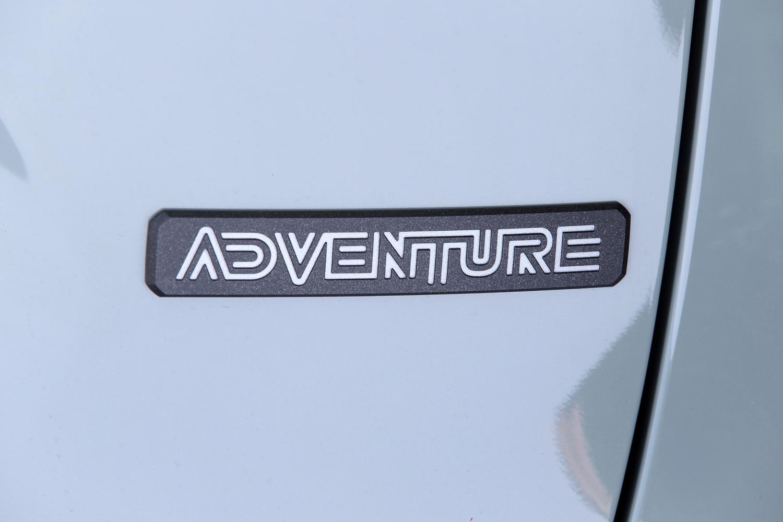 現行型「RAV4」のグレードは全6種類。2.5リッターエンジンを搭載したハイブリッド車が2種類、2リッターガソリン車が「アドベンチャー」を含む4種類である。