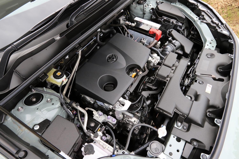 40%という高い最大熱効率が自慢の2リッター直4ガソリンエンジン。トランスミッションには発進用ギア付きの10段ステップ変速機構付きCVTが組み合わされる。