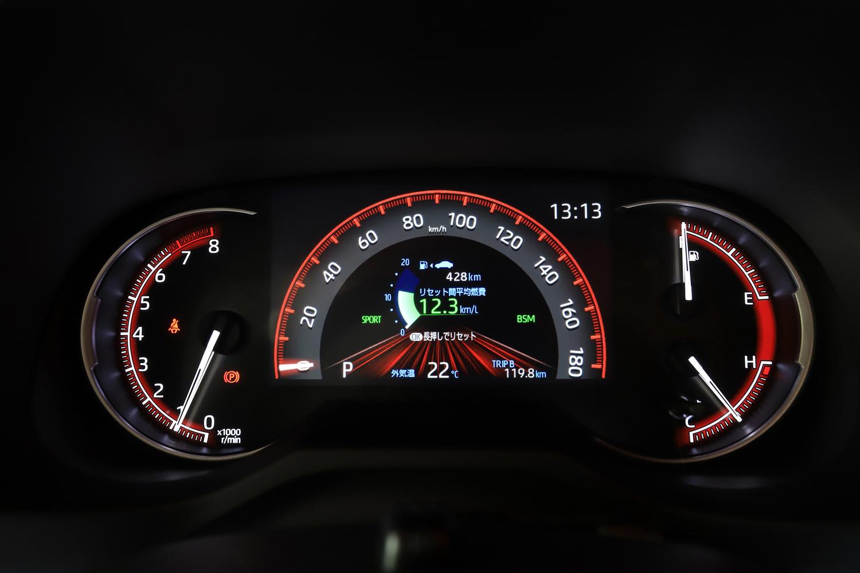 中央に7インチのインフォメーションディスプレイを備えたメーターパネル。燃費などの走行情報に加え、4WDの駆動力配分状況もここで確認できる。