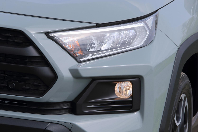 ガソリン車に装備される3灯式LEDヘッドランプ。クリアランスランプやデイライトもLED式となる。