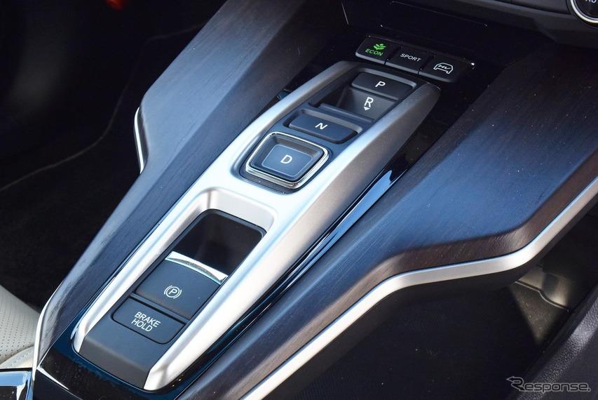 プッシュボタン式のシフトセレクタ。最近の流行りだが、ブラインドタッチについては4000kmドライブの最後まで慣れなかった。