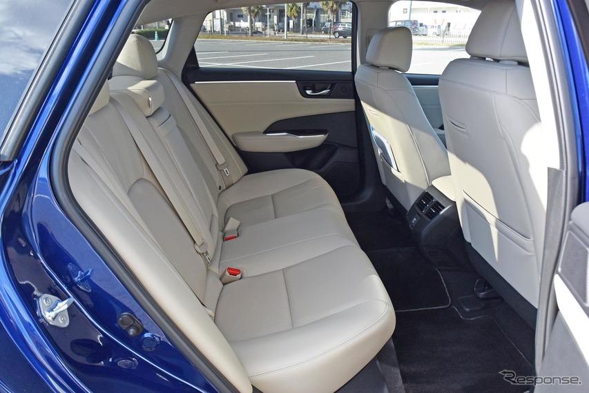 リアシートは十分すぎるほどに広い。ヘッドクリアランスの余裕はあまり大きくないが、後席座面は高く取られており、眺めは良い。ホンダ車の美点である。