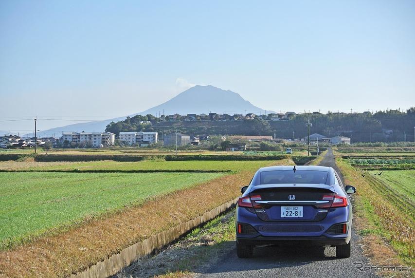 熊本の人吉から錦江湾奥部に出る山岳ルートで鹿児島入り。森を抜け、桜島が見えたところで記念撮影。