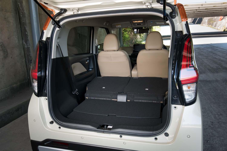 後席のスライドや背もたれの折りたたみは荷室側からでも行えるようになっている。