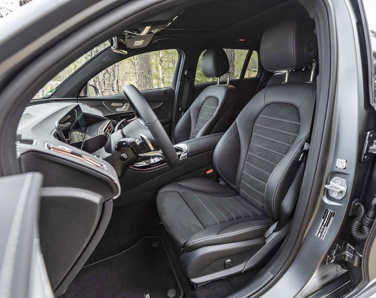 最新のEVではあるものの、従来のメルセデス・ベンツ車を思わせるインテリアデザインが採用されている。