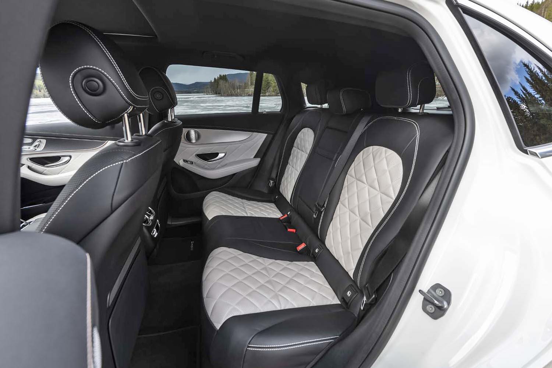 後席の定員は3人。写真のシートはキルトステッチ入りだが、スエード調のものなど、さまざまな表皮が用意される。