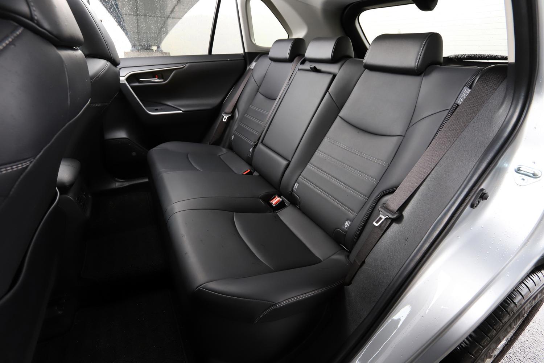 後席空間はご覧の広さ。前席下にたっぷりと空間が設けられているため、ゆったりと足を伸ばせるのがありがたい。