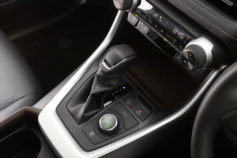 変速機はトヨタのハイブリッド車ではおなじみの電気式CVT。6段の疑似マニュアル変速機構が備わっている。