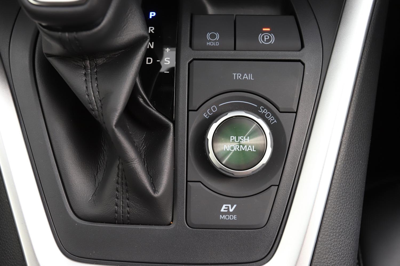 ドライブモードは「ノーマル」のほかに「エコ」と「スポーツ」が用意される。セレクターがダイヤル式となるのはハイブリッドの4WD車のみ(その他はボタン式。)